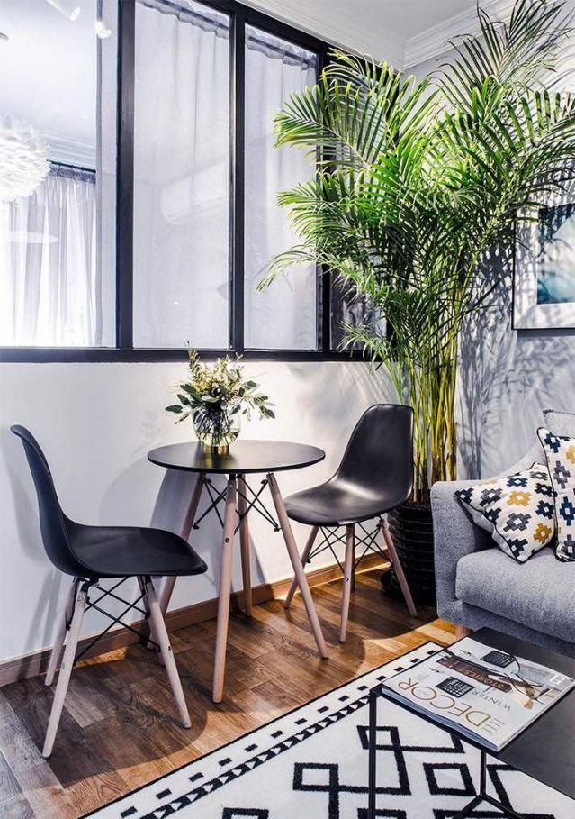 在客厅的侧边靠近卧室的地方,摆放迷你小巧的餐桌椅,满足用餐需求,黑框玻璃的隔断设计也让光线得以流通。