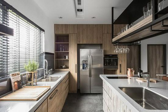 木质元素延续到厨房区域,成为橱柜的风格展演,为空间挹注更多温暖气息。