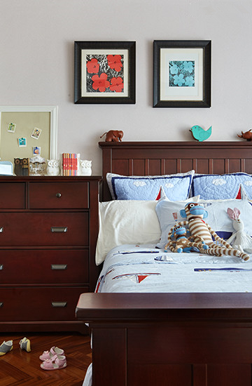 主卧选用了草木绿色的床品,可以放松日常的忙碌。