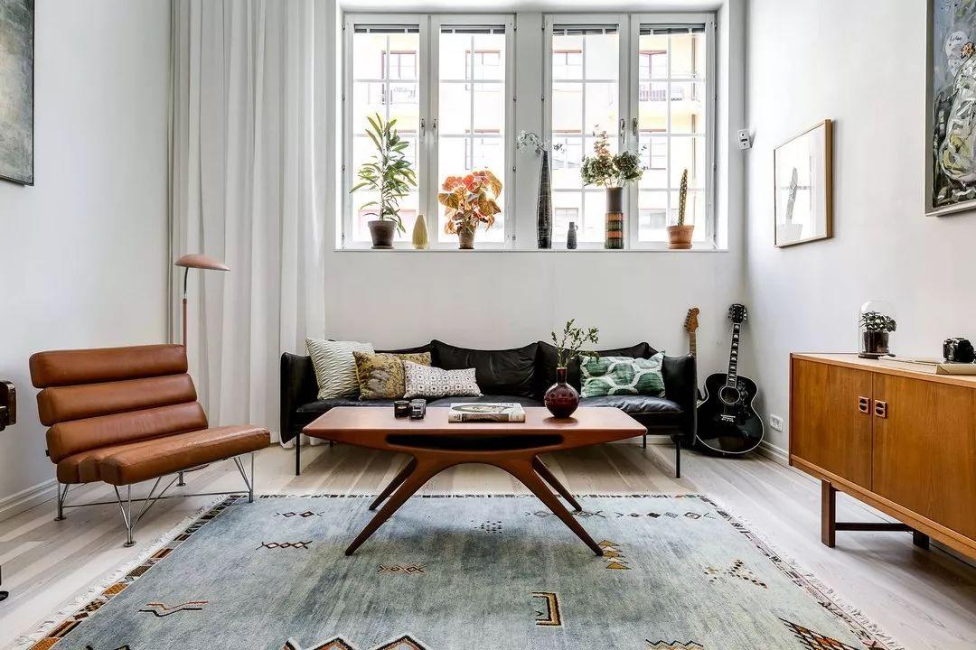 客厅选用了一张老式沙发,几盆绿植为室内增加了不少活力。