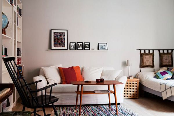 沙发、书柜、工作台三者一体,整齐有序,虽然看上去略显平淡,但给人安稳的感觉。