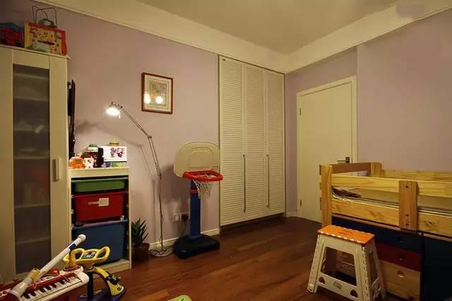 儿童房的设计除了安全因素外,多采用暖色进行搭配,当然也少不了童真童趣的物品和超大收纳功能的储物柜。