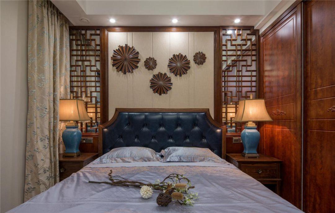 主卧在空间上讲究层次,主卧背景墙采用隔窗来分割,用实木做出结实的框架,做成古朴的图案。