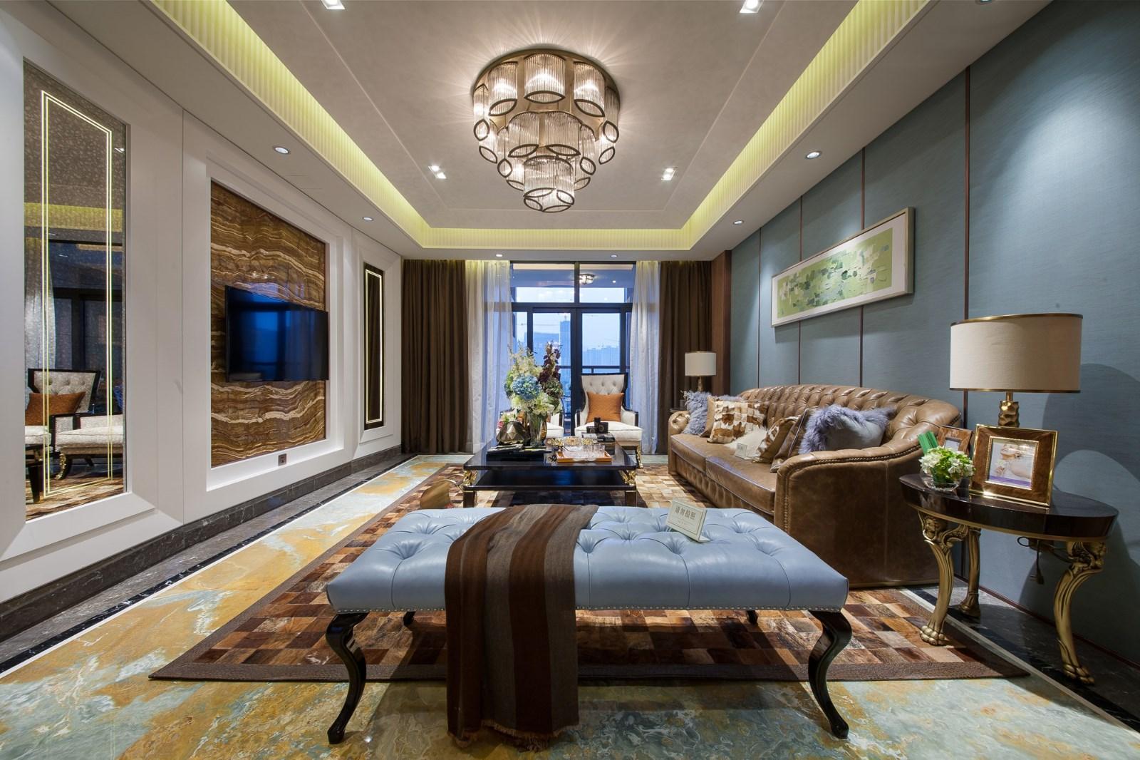 客厅家具造型端稳而雅致,在水晶吊灯的映衬下光韵流转,呈现着从容高贵的气质。