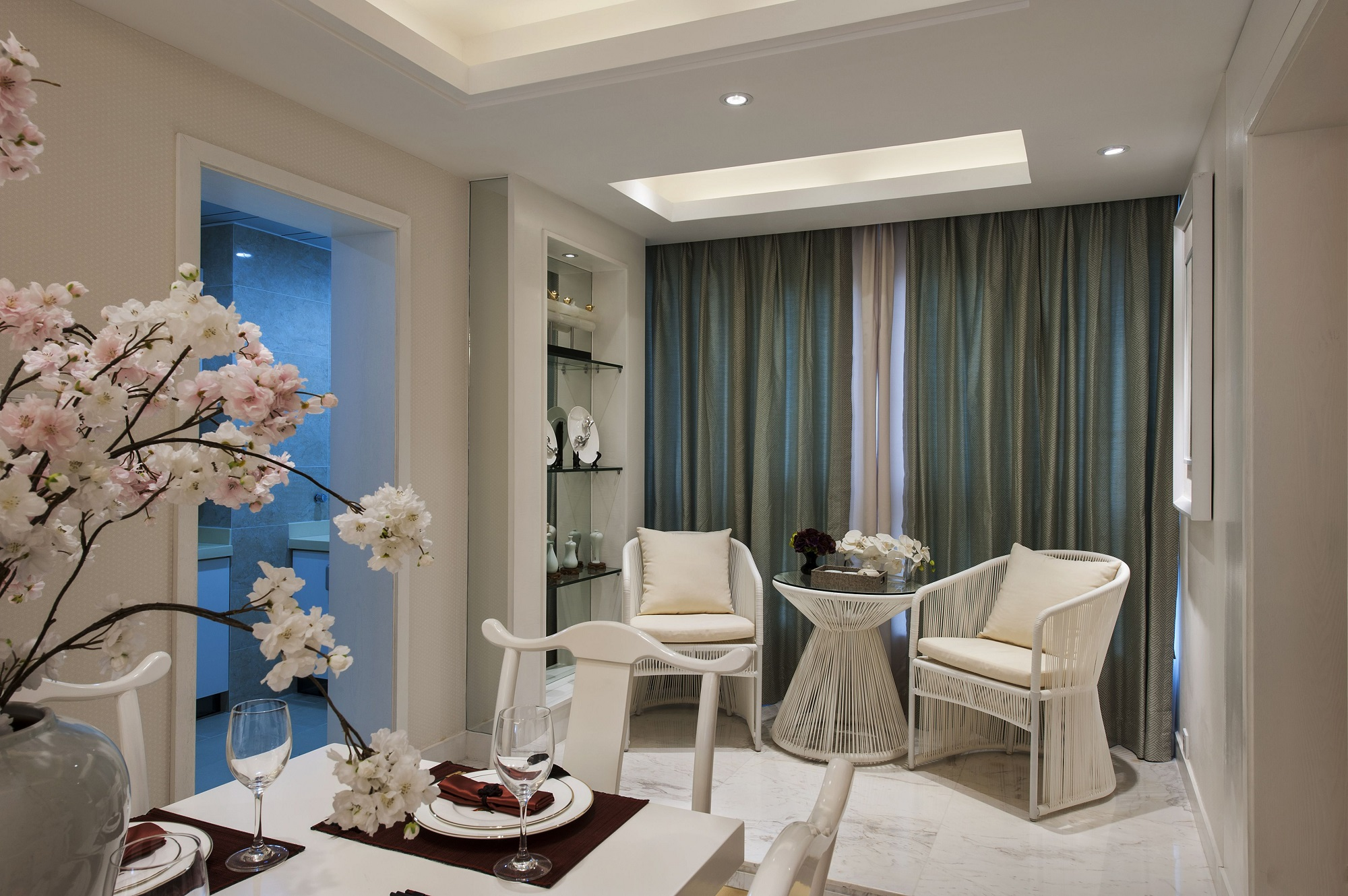 阳台与餐厅相连,装扮成简单的休息区,品茶或者休闲都是非常不错的空间。