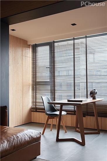 摒弃一切繁琐装饰,原木书房设计其简洁的轮廓只为凸显木纹的天然质感,为整体家居营造些许闲淡的韵味。