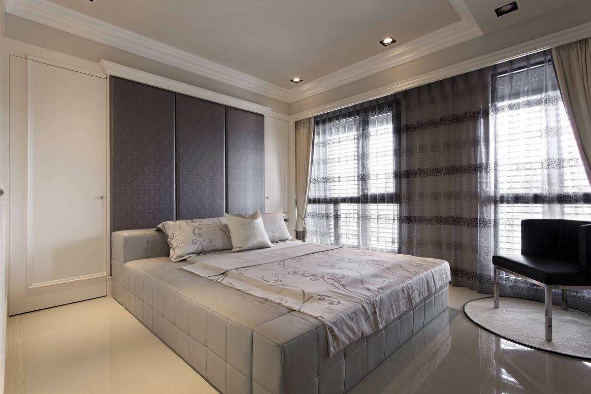 卧室没有过多繁杂的设计,简单的床,简单的座椅、简单的窗帘,但搭配一来却一点也不简单,反而有很强的质感