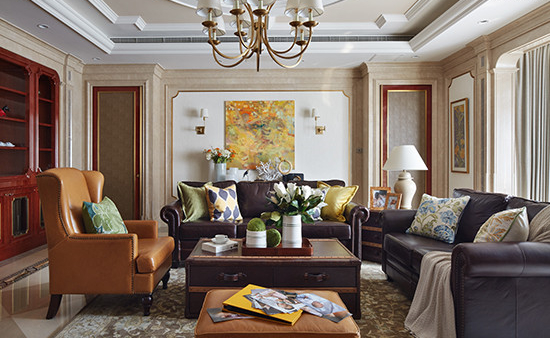 间阔朗,石材、牛皮、金属主材兼具大气与舒适,靠垫与花卉清新点缀其中。