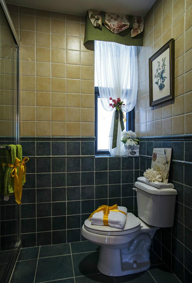 卫生间采用黑色与香槟色的搭配,沉稳大气,线条流畅,搭配非常协调。