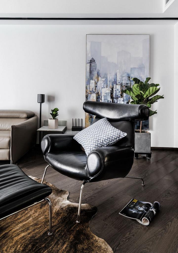 黑皮沙发以及绿色植物的点缀显得整个房屋简约大气