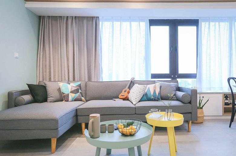 背靠窗户的沙发,位置极佳,带来了充足的光线,小巧别致的茶几配上鲜艳的色彩非常可爱。