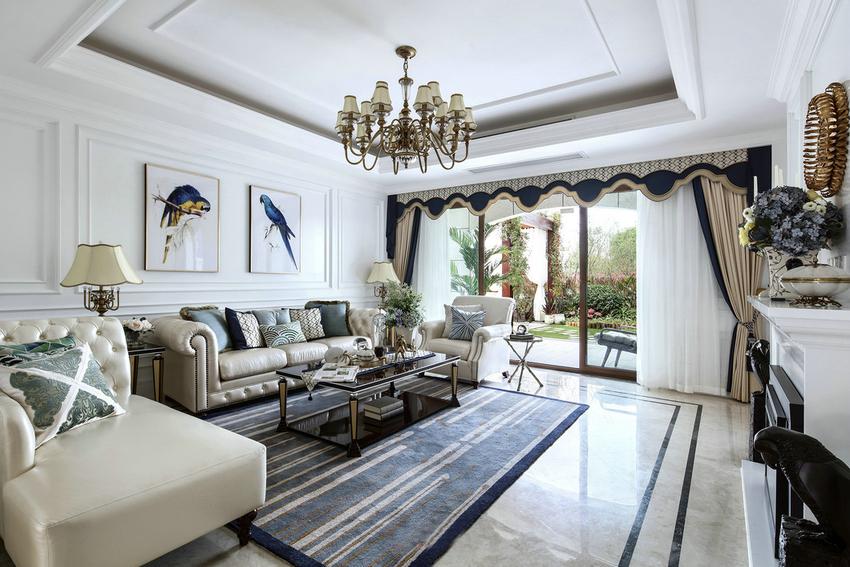 法式风格的家具,除了在腿部包裹铜皮外,腿部还会刻意进行收紧,呈现倒锥形,纤细成线,立锥于地的感觉。