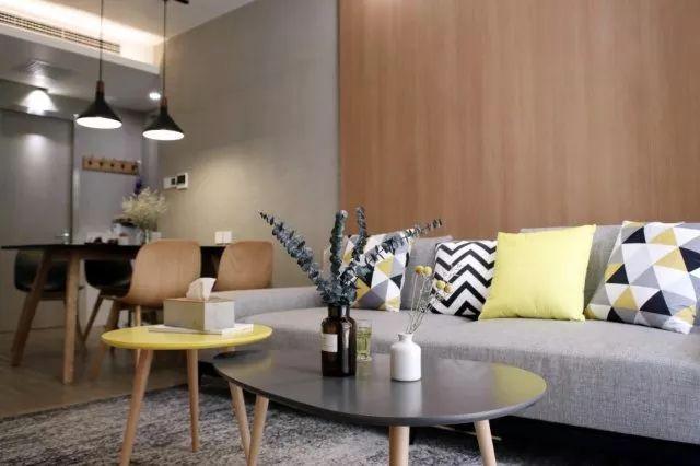 客厅和餐厅两侧的墙体延长,同时保证走道通行的合理距离,这样很自然形成了一个玄关空间。