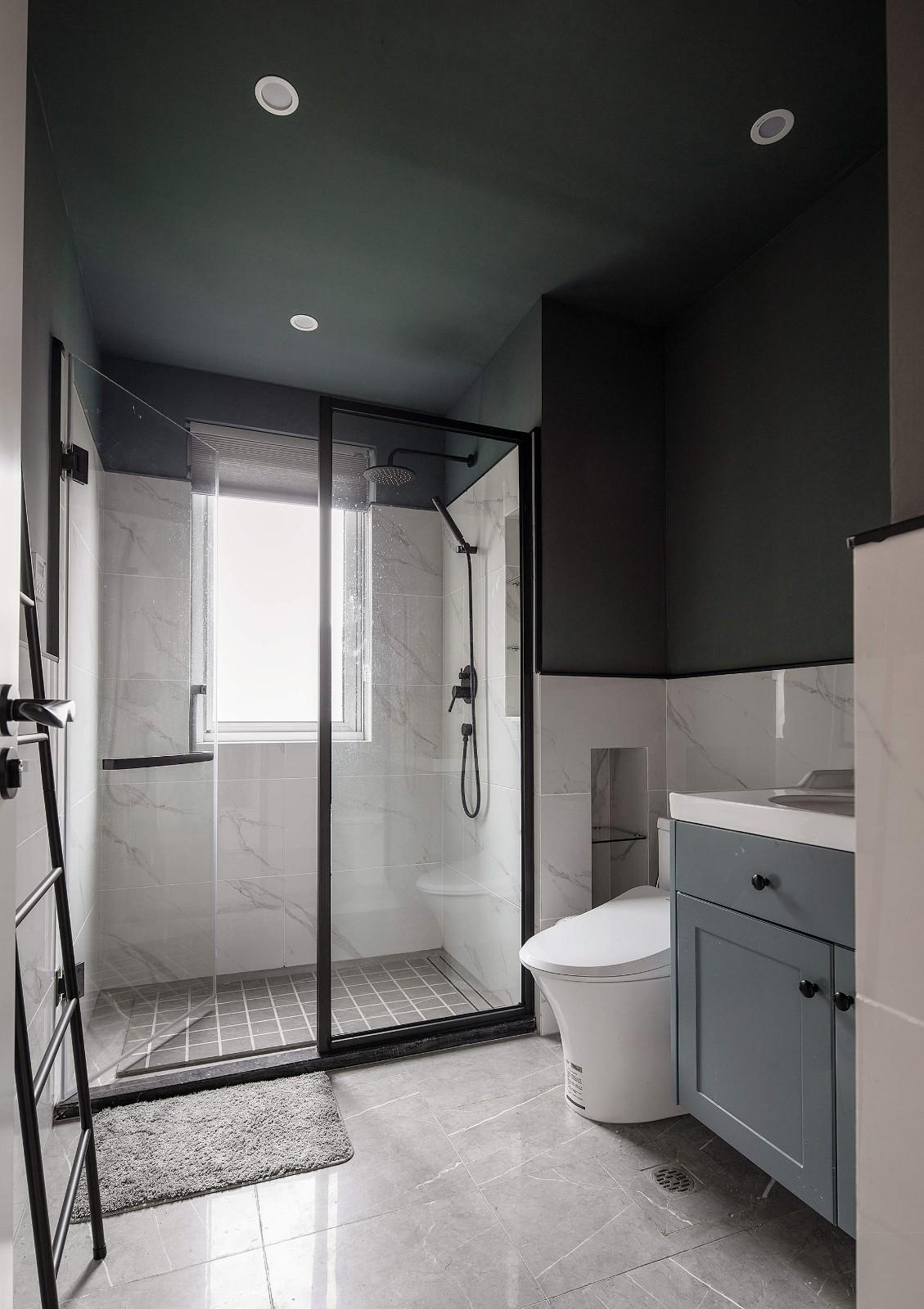 次卧用色比较清爽,浅色设计增强视觉效果,干湿分离保证了空间的整洁,时尚又有品位。