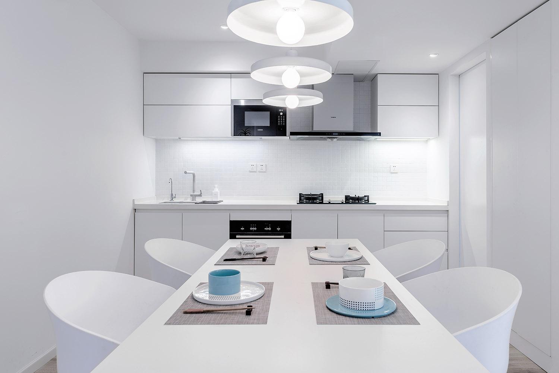餐厅和厨房是一体式,以白色为主,整体干净舒适,适合一家人坐在一起畅饮