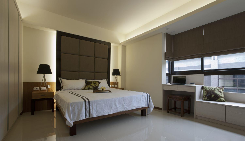 卧室里选择了浅色的床品,带来宁静,柔和了灰色