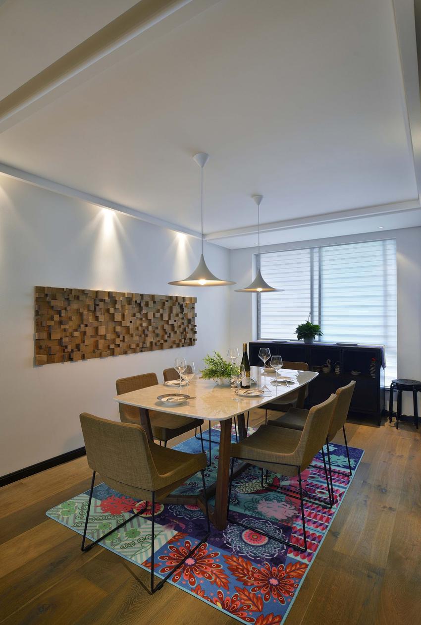 餐厅的彩色地毯,打破了木色和白色营造的平衡感,让用餐区多了些趣味性。