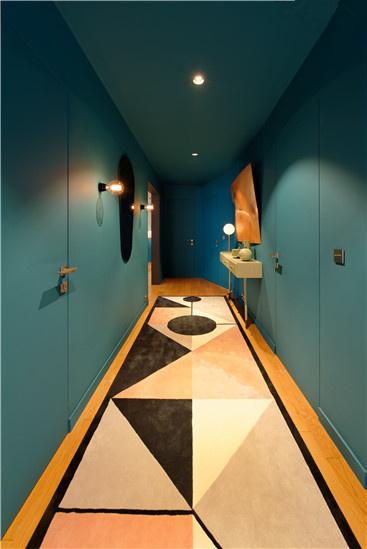 强烈的色彩空间引导着观者的脚步直到光线明亮之处一一起居室的入口。
