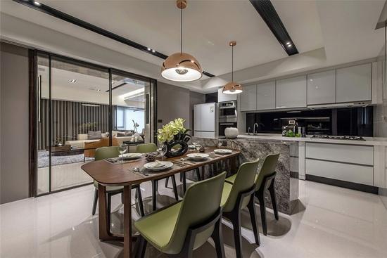 清玻拉门将客厅、厨房场域串联,开阔空间尺度外,也让自然光得以贯穿全室。