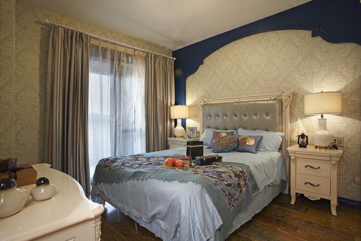 造型可爱的单人床,浪漫的床帘,规整的桌椅。次卧异常朴实温馨。