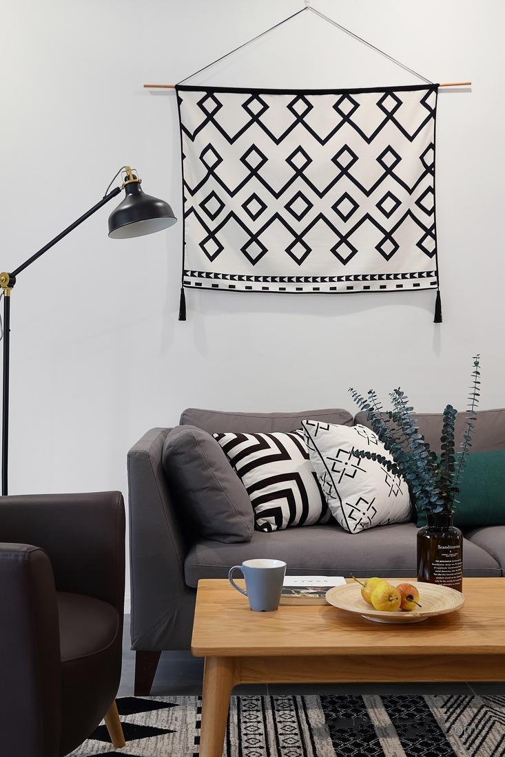 客厅灰色布艺沙发,搭配浅色原木茶几与几处小物,复古意味浓厚。
