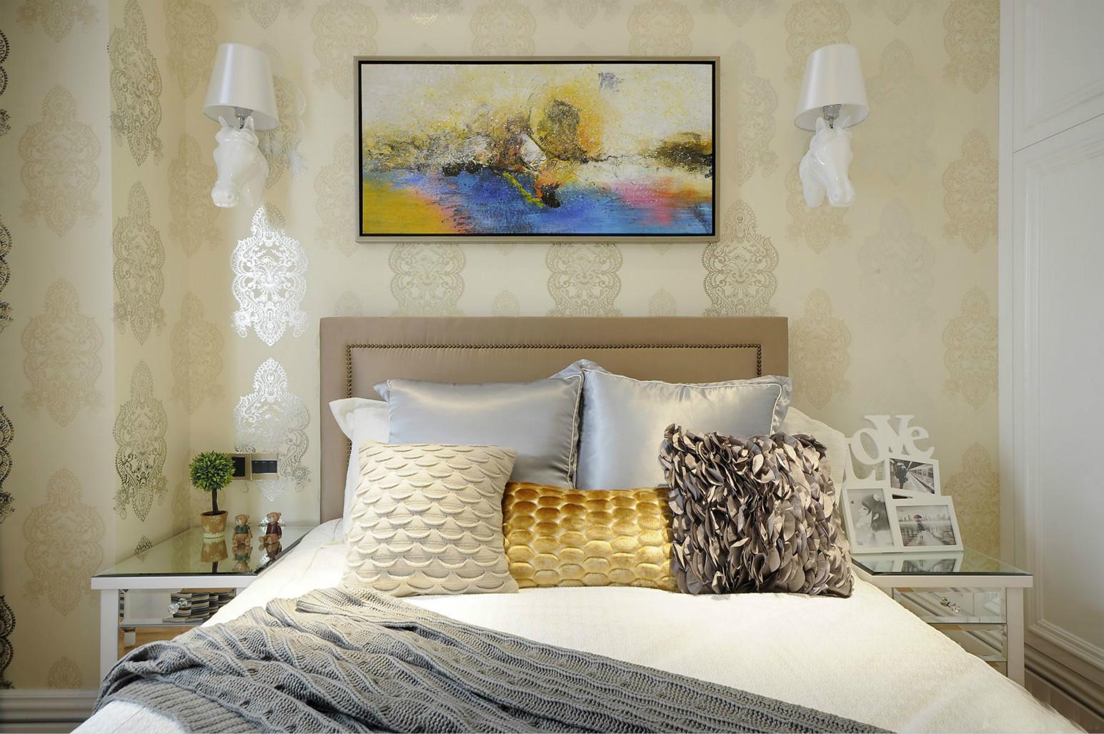 暖色系壁纸和白色的暖包大床,温馨而温暖的休息场所
