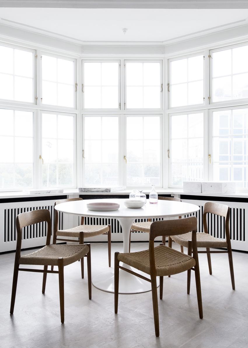 用餐区靠窗,三分之一的墙,三分之二的窗,有充足的自然光,也有绝佳的视野。