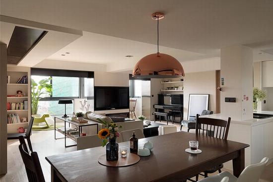 光感明亮的客厅大器轩敞,开放视角则呼应室内外环境,也让空间相形放大,动线更流畅。