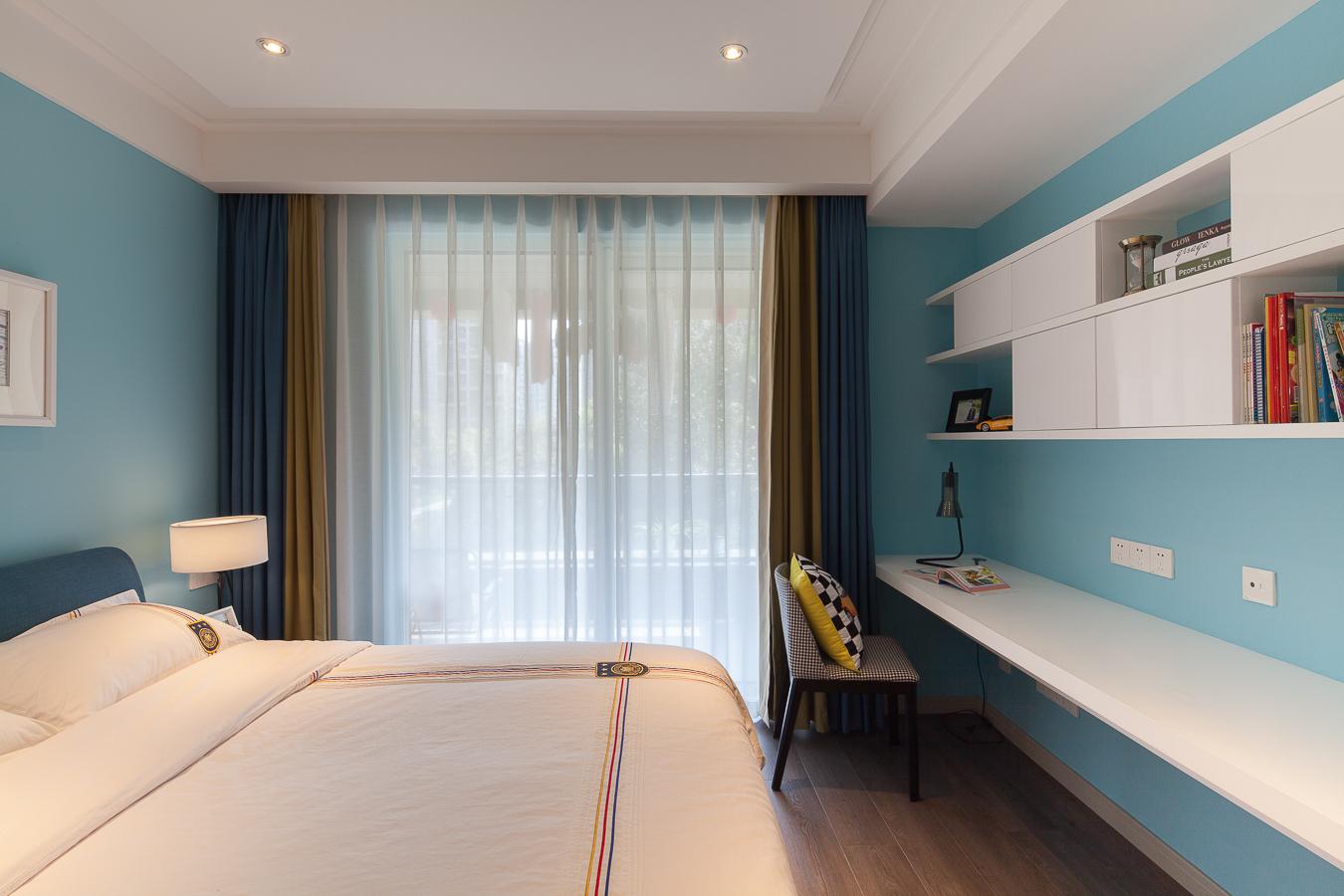 次卧采用浅蓝色墙面,清新舒适,墙面打造置物区,平时看的书都可以放在上面,拿取也方便。