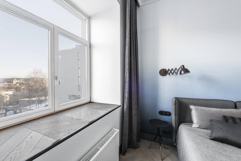 卧室的大阳台很是亮堂,阳光照射充足既温馨又温暖
