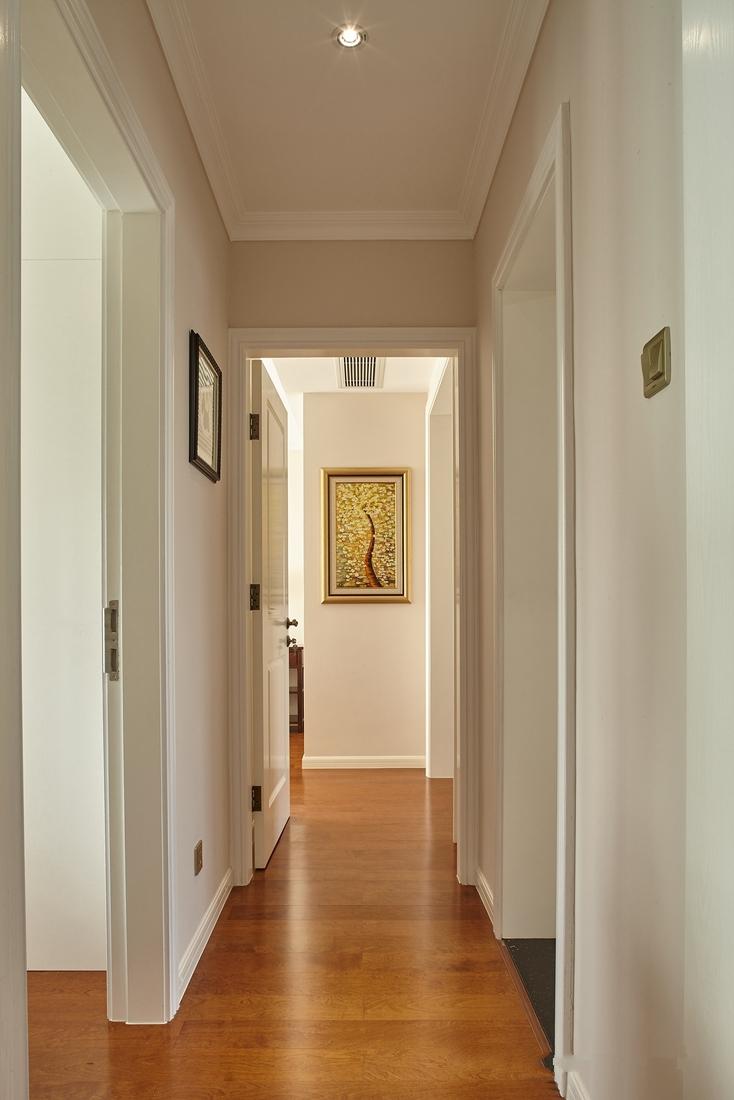 过道端景,金色镶边的抽象艺术挂画避免了空间的单调性与乏味性。