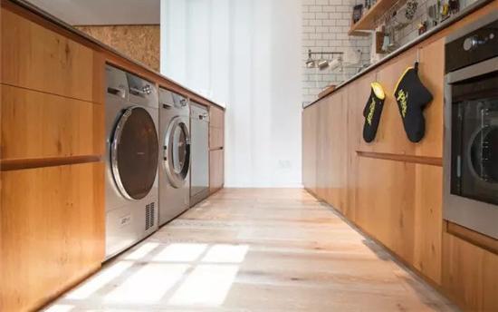 将洗碗机、洗衣机等家电嵌入在吧台和操作台中,收纳与实用兼具。