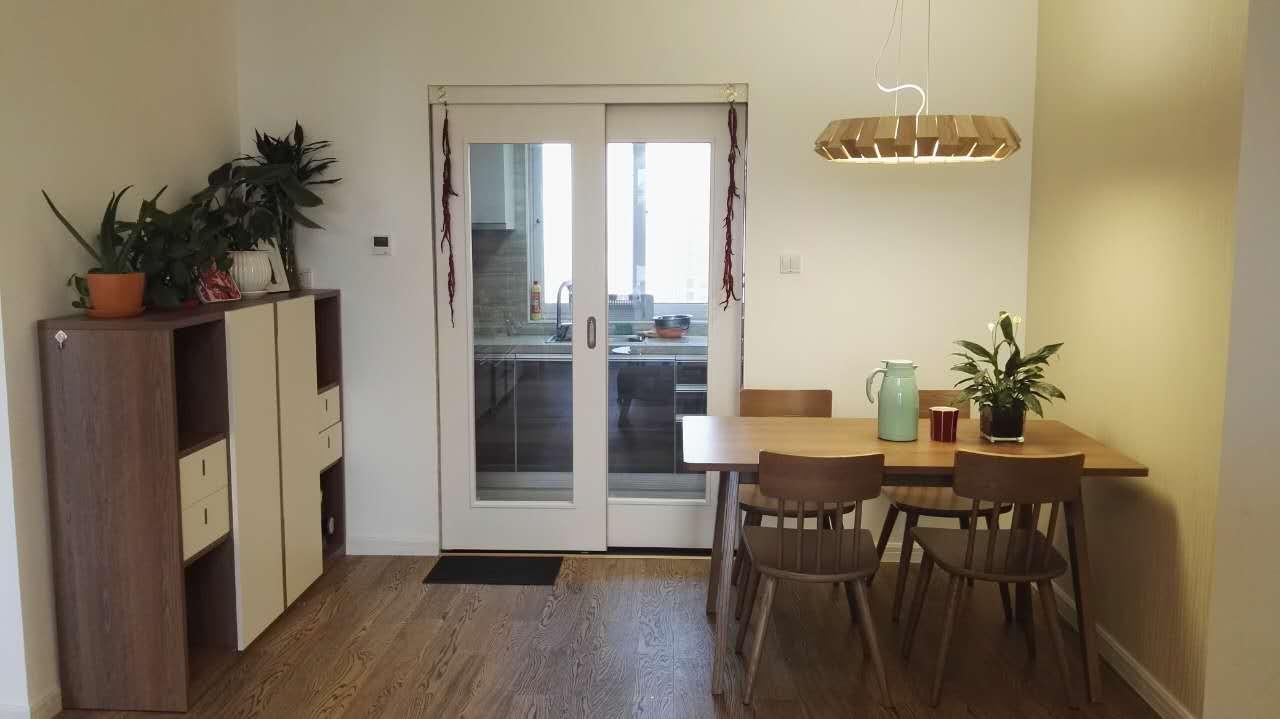 餐厅整套原木色系的家具,一改活泼气质,走起了典雅路线。