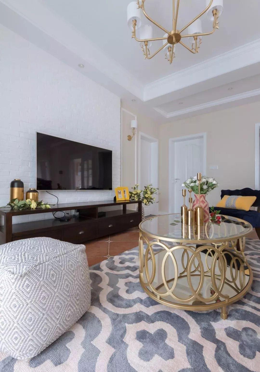 奶咖色美式布艺沙发,搭配金色元素镂空茶几,精致高档!