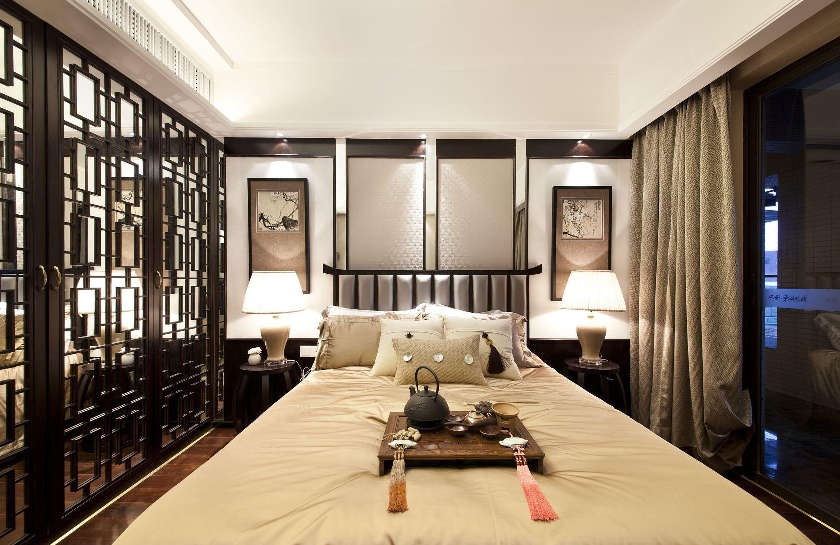 镂空雕刻的实木隔断用来进行区域分隔,古典与现代的精彩融合,中式风格的卧室也能这么时尚。