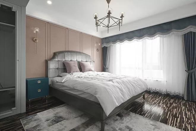 主卧室休息区,复古蓝床头柜+肉粉色背景硬包墙,强烈撞色系对比出古典雅致,中间用银色进行过渡。