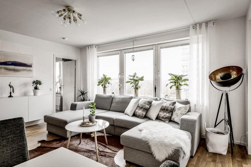 大面积的玻璃窗,以及灰色沙发,北欧风一下高冷起来。