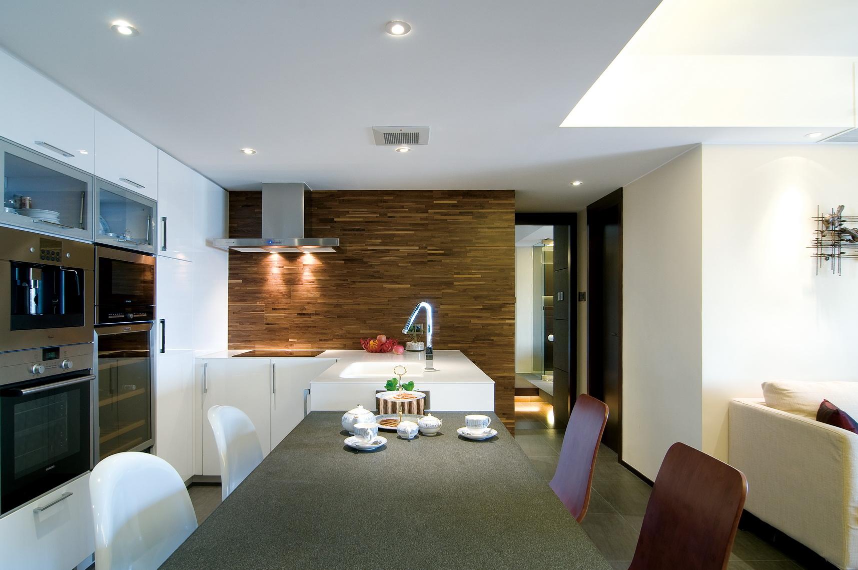 厨房也是开放式的,这个角度可以清晰的看到客厅,空间感很是强
