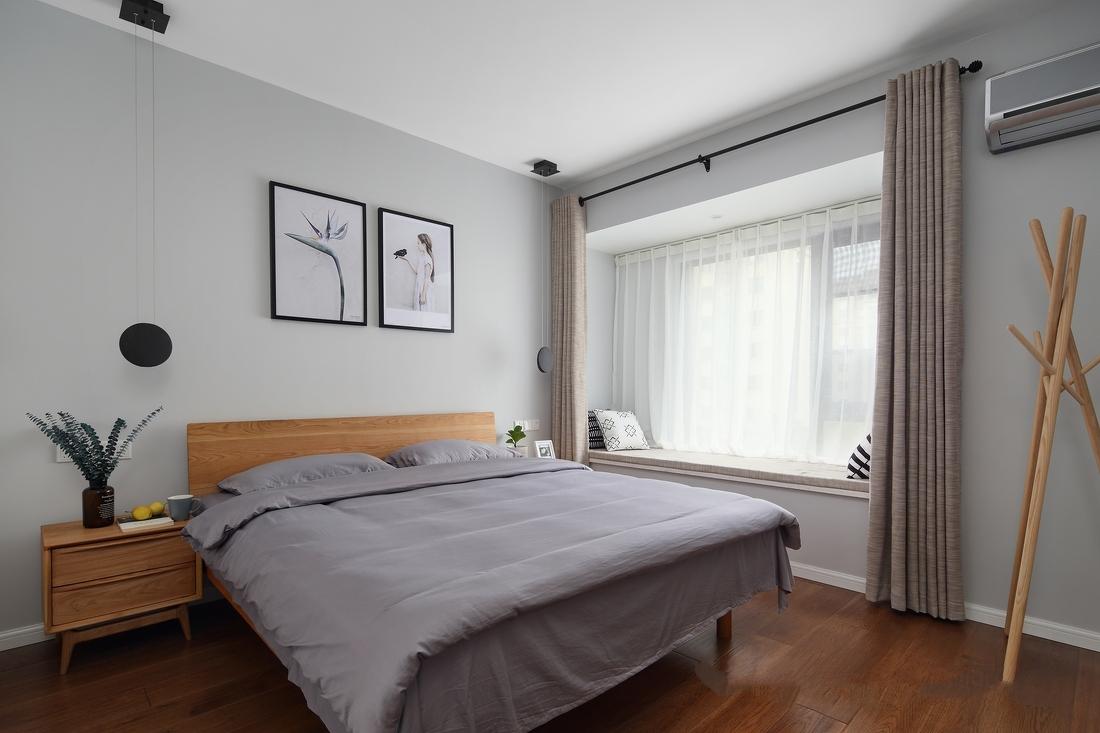 主卧浅灰色墙面,麻布窗帘,灰色床品,自然风装饰画,干净又美好的休憩空间。