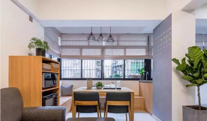 将阳台改为餐厅,L型储物卡座搭配餐桌椅,右侧设计小水吧隔开餐厅与生活阳台。