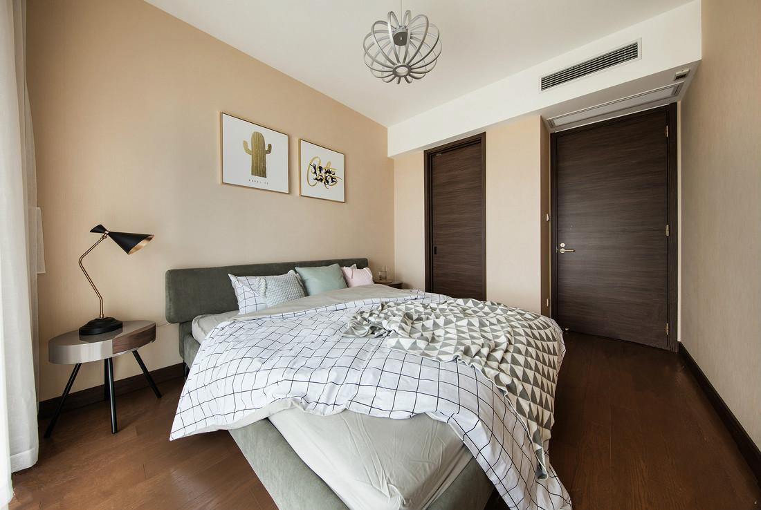主卧,白色的空间难免显得冷清单调,床品加以点缀,增添一丝温暖。