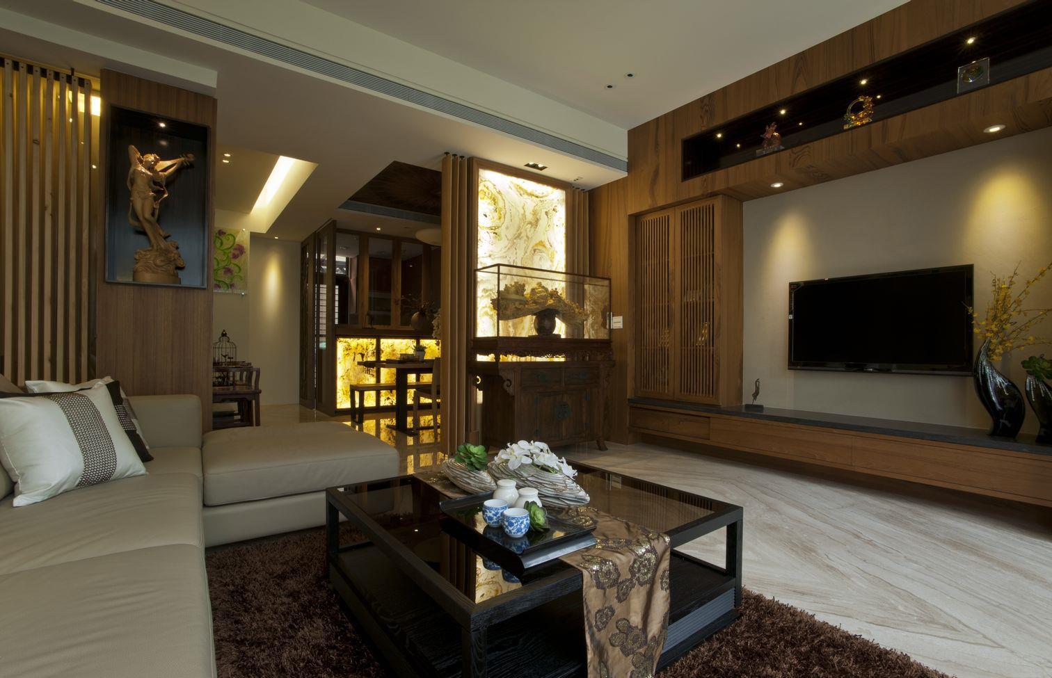 客厅木质装修为主很大气,搭配简约款式的茶几,明亮的地面,简洁又宽敞,让光线变得更加柔