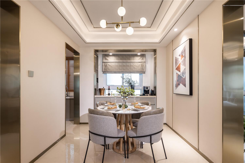 餐厅圆形餐桌象征着团团圆圆,背景墙墙体均加以金色线条收边,层次感丰富。