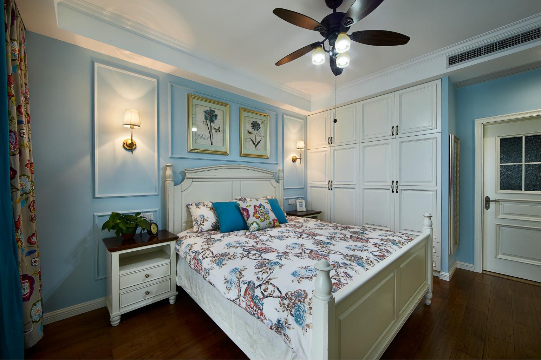 主卧里面有很多柜子,进门墙壁和正面背景墙位置全都修了收纳柜,再多的衣服也不用担心了,空出的台面放一些