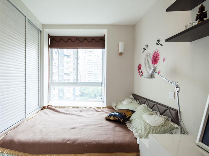 咖色与浅米搭配简洁的白色吊顶,让空间淡雅迷人,调皮的心形贴画令人心情愉悦。