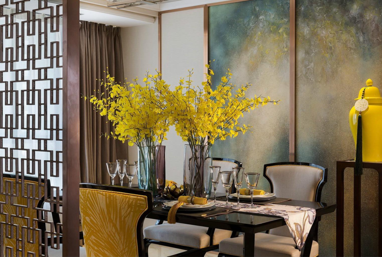 餐厅精美的圆形水晶花瓶以及黄碎花的装饰,整个是一种闲适浪漫感