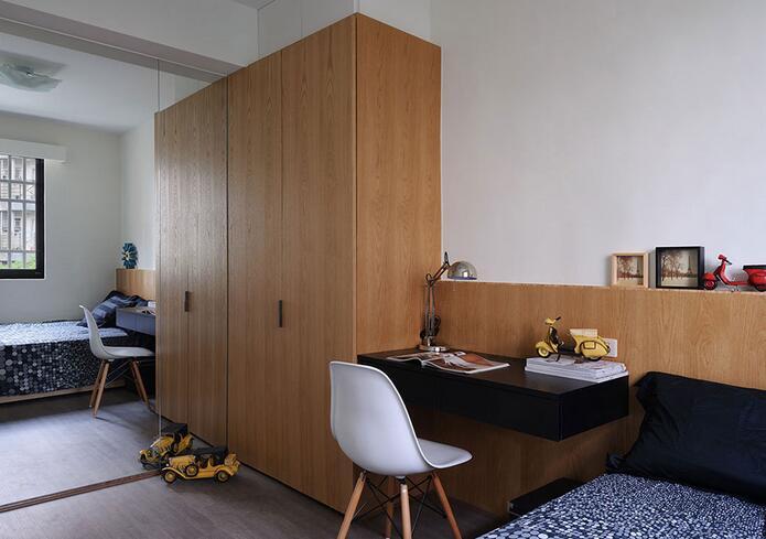 起居空间里设计师以舞蹈教室规格为发想,打造一落专业的私人基地。