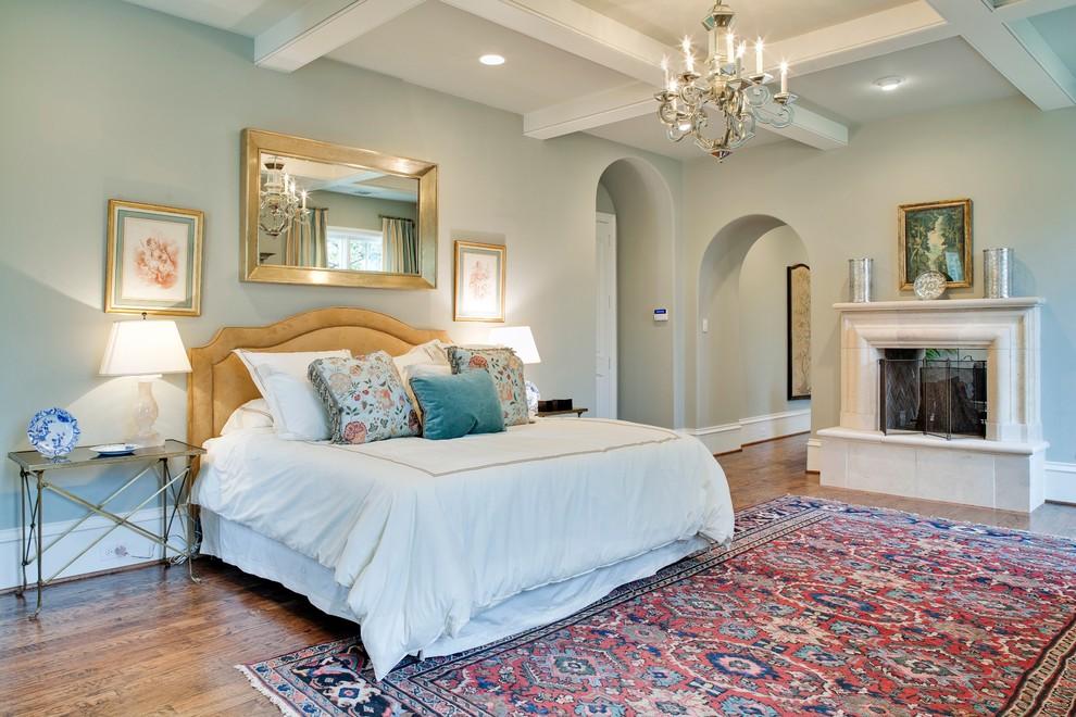 卧室,简约,舒适,温馨。背景墙上挂着铜色的镜子,两边挂画,很是别具一格