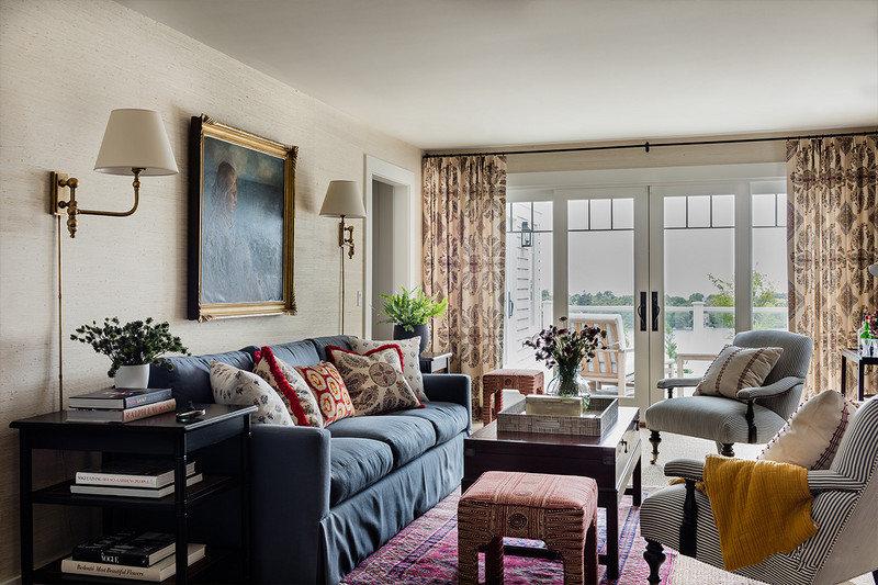 用多个布艺家具来装饰的客厅,充斥着田园风格的气息。