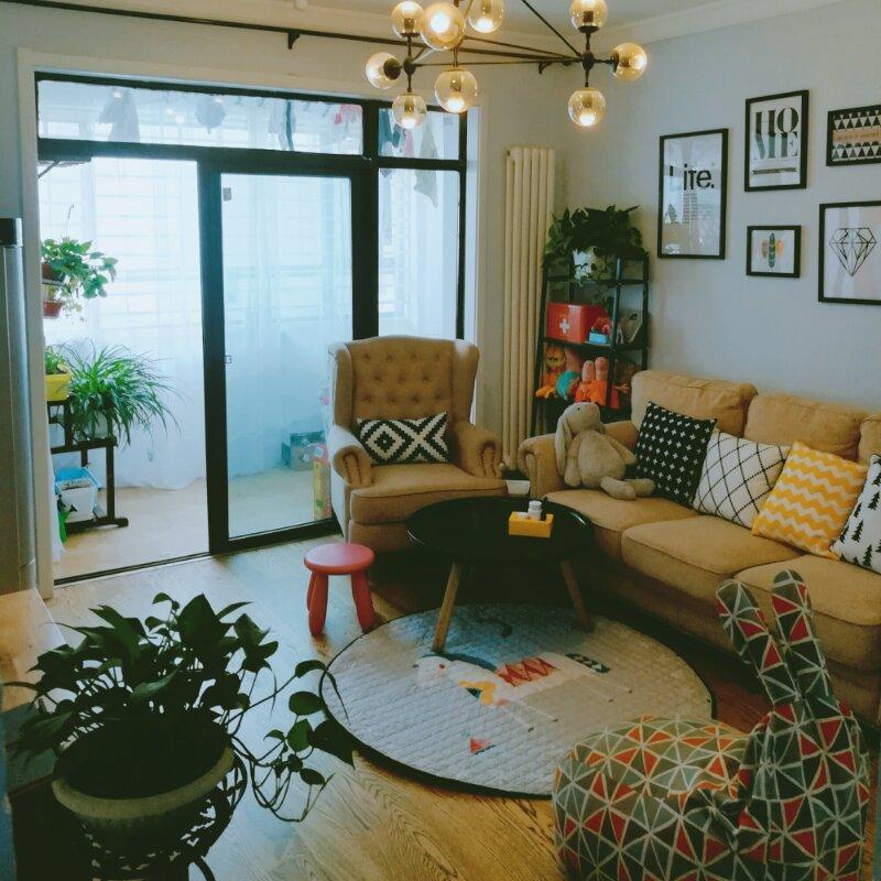 作为空间主体的沙发背墙,以白色为基底,配合简单的相框挂画,营造出活泼温馨的居家氛围。